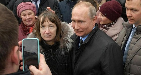 بالفيديو.. امرأة تضع بوتين في موقف محرج بمقارنة راتبه براتبها وكيف تعيش