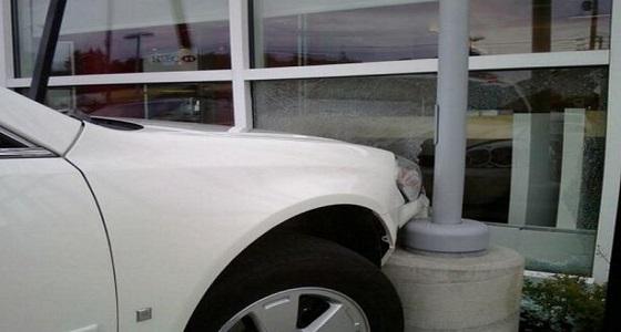 سيارة تُحطم واجهة بنك في المجاردة