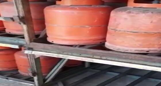 بالفيديو.. مواطنيهاجم شركة الغاز لتقديمها أسطوانات متسخة بشكل مقزز