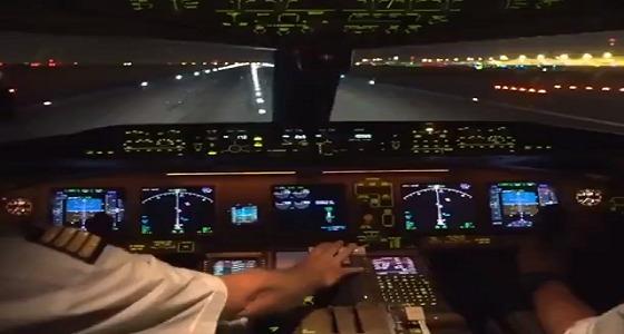 لحظة إقلاع طائرة من داخل قمرة القيادة (فيديو)