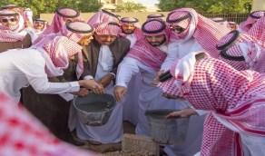شاهد ولي العهد يواري دموعه أثناء دفن الأمير طلال بن سعود
