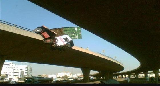 انقلاب مركبة يُعيق المرور على جسر الميناء بجدة