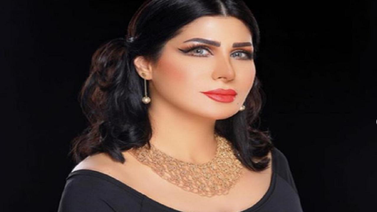 شاهد إعلامية ترتدي النقاب الأفغاني للوقاية من كورونا