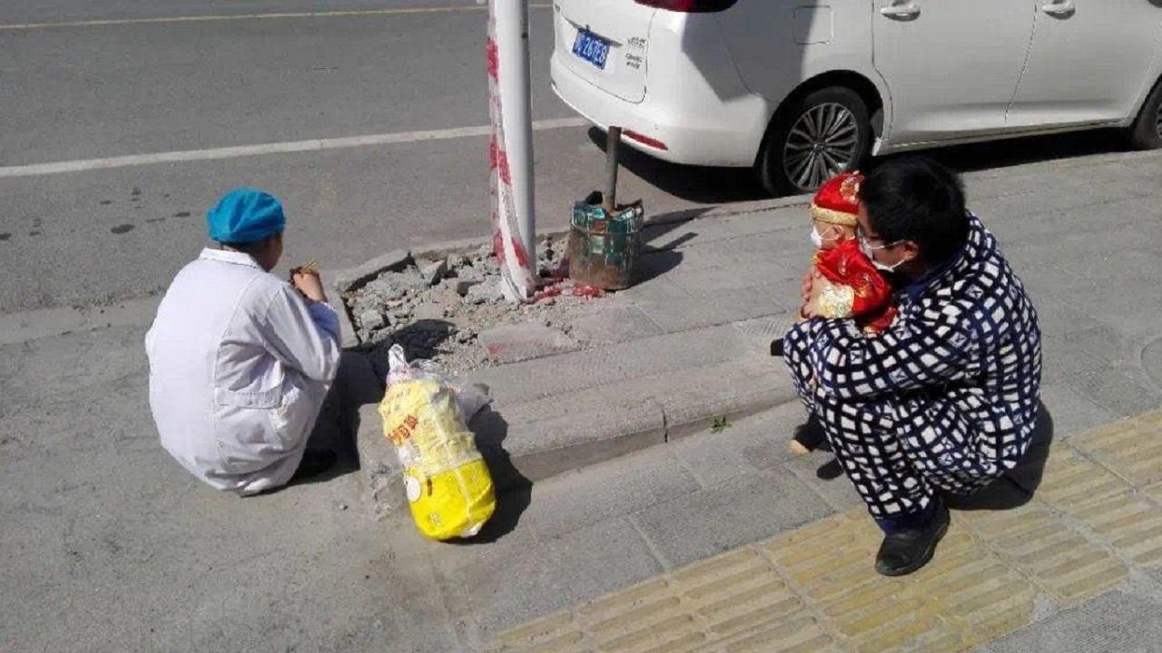 أغرب لقاء لأم صينية اشتاقت لطفلها الذي لم تره قبل شهر بسبب «كورونا»