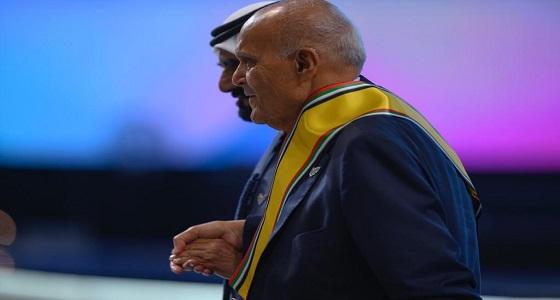 بالفيديو..حاكم دبي يسارع لمساعدة مجدي يعقوب في النهوض بعد سقوطه على المسرح