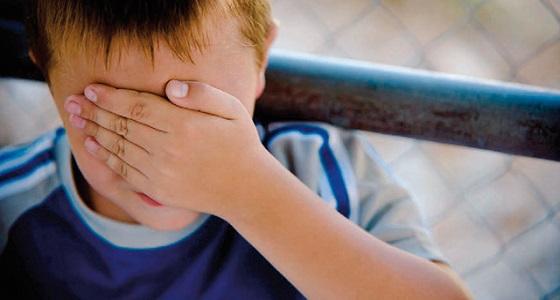 شخص يعتدي جنسيا على طفل داخل حمام شعبي