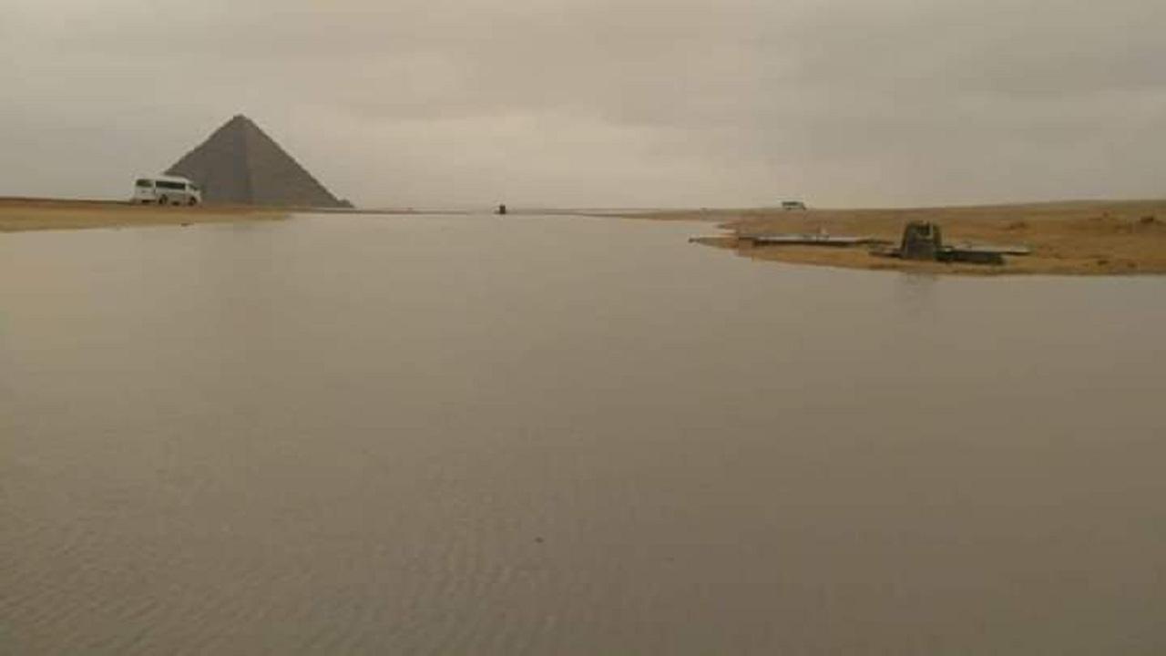 شاهد.. الأمطار الغزيرة تُعيد النيل إلى جوار الهرم