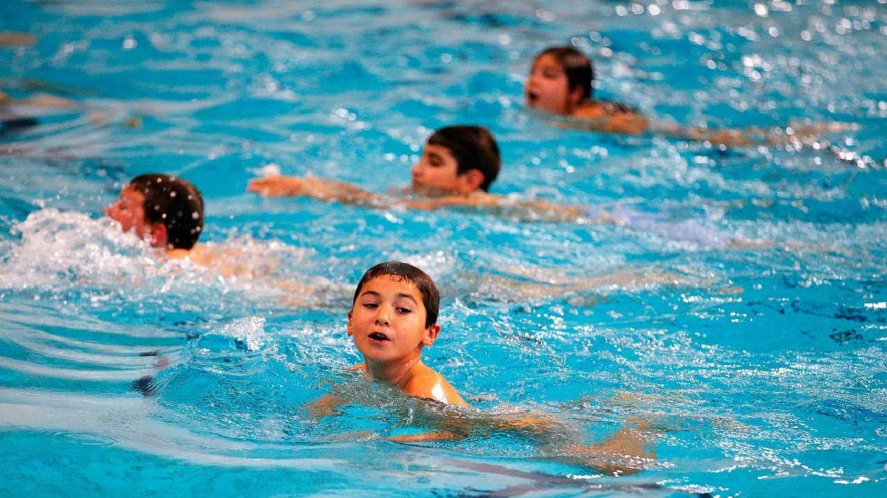 دراسة: كورونا ينتقل في حمامات السباحة والساونا