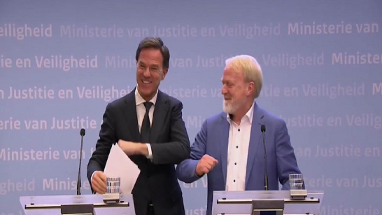 رئيس الوزراء الهولندي يُصافح مسؤولا بعد قرار حظر المصافحة (فيديو)