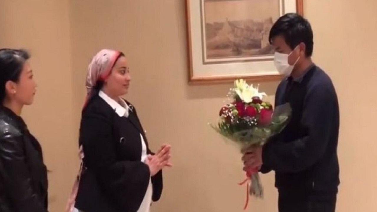 بالصور.. مصريون يقدمون الورود للشاب الصيني ضحية التنمر