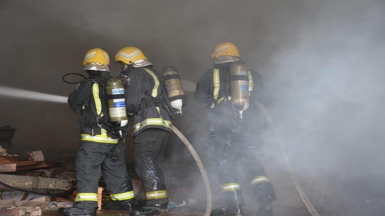 إخماد حريق نشب في مستودع مفروشات بالرياض (صور)