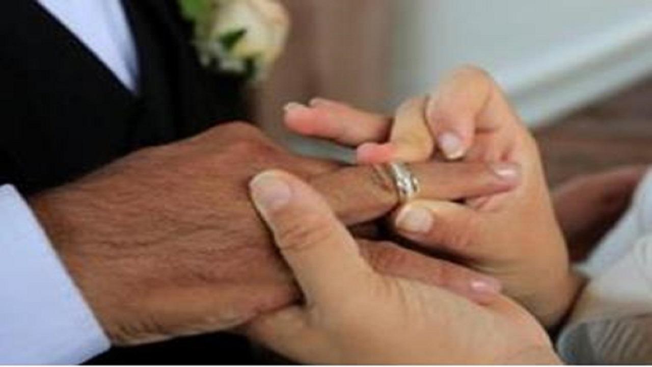معمر يرفض العيش مع أبنائه ليدخل عش الزوجية مع أربعينية