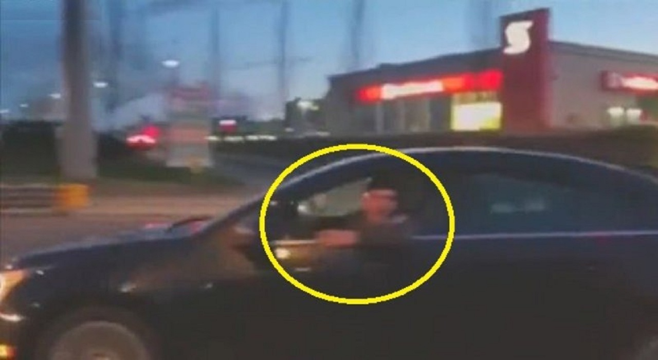 بالفيديو.. أسرع عقاب لسائق نظر خلفه