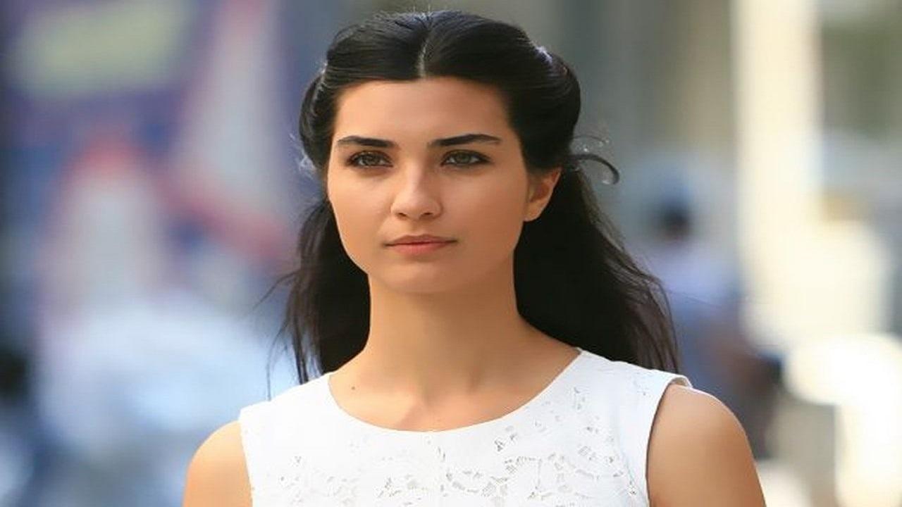 ممثلة تركية شهيرة تتعرض لموقف محرج بسبب ظهورها شبه «عارية»