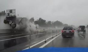 اصطدام شاحنة في حاجز خرساني بجدة يُصيب قائدها