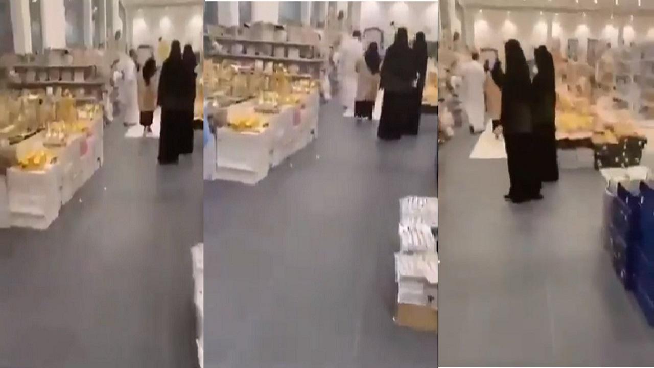 شاهد.. «بصق» سيدة على الأرض في متجر بالدمام يثير الجدل