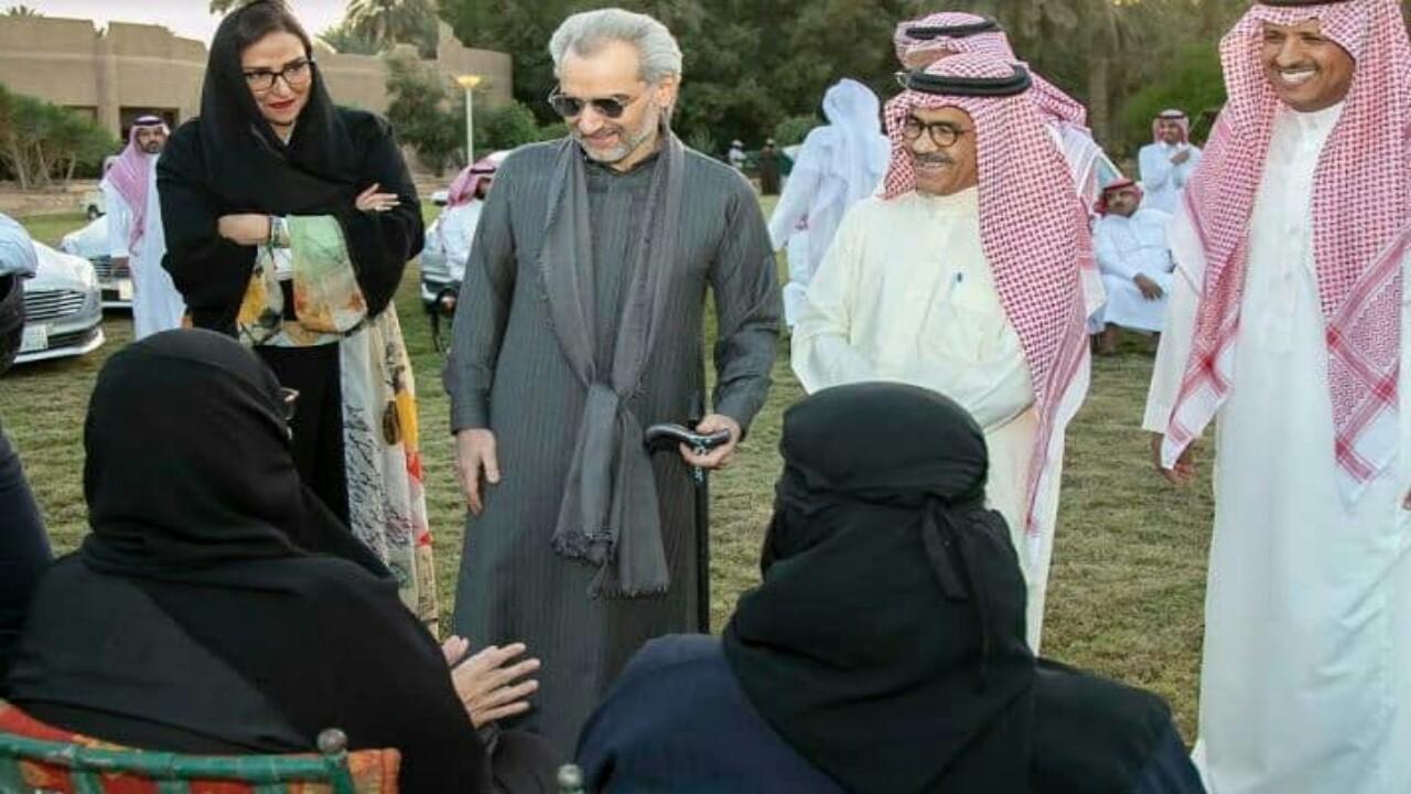 الأميرالوليد بن طلال يهادي ذوي الإعاقة من الجنسين بالسيارات