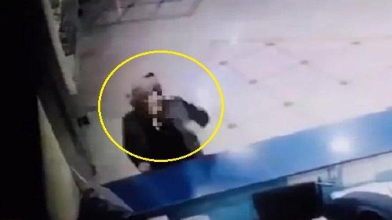 شاهد.. لحظة سرقة جوّال من فندق بنجران