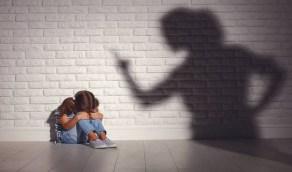 ضبط سيدة اعتدت على ابنتها بطريقة وحشية وطلبت منها الانتحار