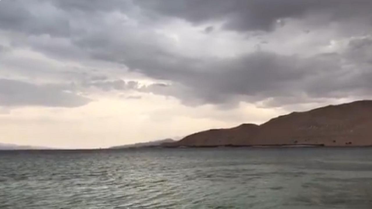 بالفيديو.. الغيوم ورذاذ المطر يُزينان شاطئ محافظة حقل بتبوك