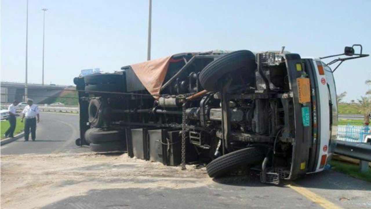 تسرب الوقود إثر حادث مروري على طريق الليث