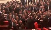 شاهد.. شجار واشتباك داخل البرلمان التركي بسبب سياسة أردوغان
