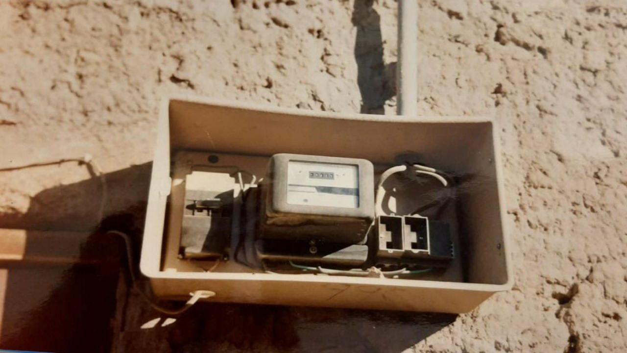 صورة نادرة لعداد كهربائي من عام ١٣٩٢ هجريا