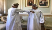 """مصافحة بـ """" الكوع """" بين وزير الصحة العماني ومسؤول آخر"""
