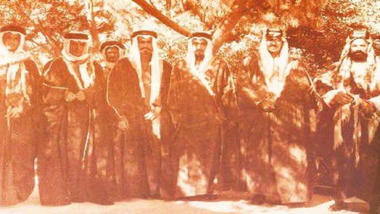 صورة نادرة للملك سعود وأمير البحرين قبل 81 عامًا