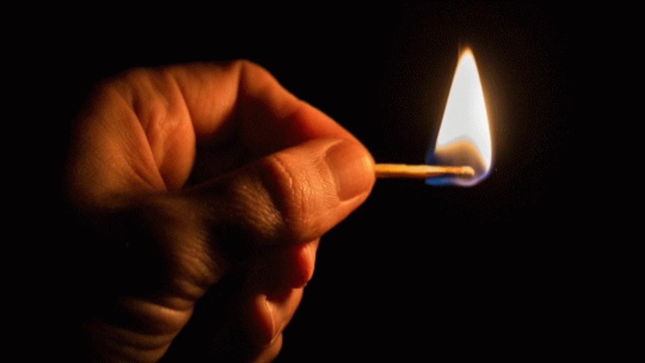 رجل يشعل النيران في أسرة طليقته لرفضها العودة إليه