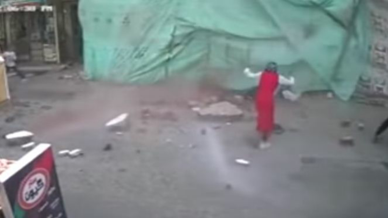 بالفيديو.. وفاة طالبة مصرية في الشارع بجوار زميلتها