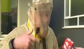 بالفيديو.. رجل يبتكر بدلة واقية بخرطوم للتدخين