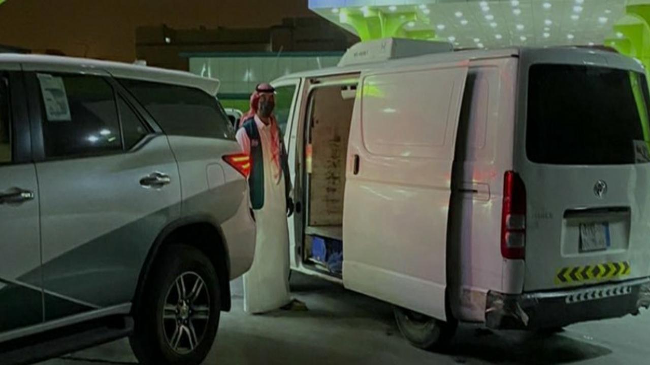 بالصور.. الجهات الأمنية تتوصل لسائق المركبة الذي عبأ كميات من الأرز بالمزاحمية