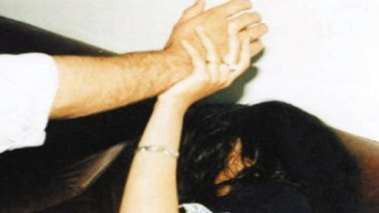 فتاة تتعرض للتعنيف والضرب والحرق في المدينة المنورة