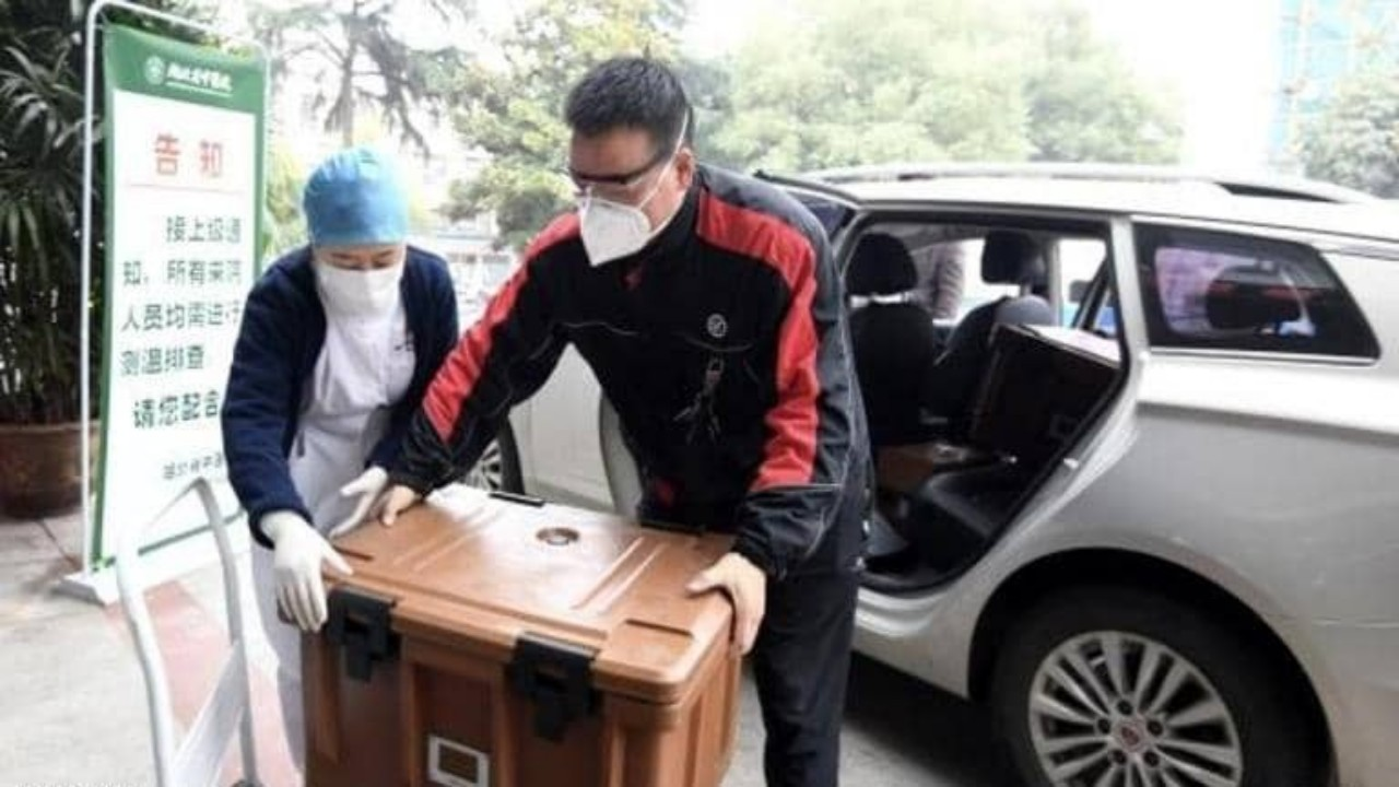 سائق يخاطر بحياته لمساعدة الفريق الطبي في بؤرة تفشي «كورونا»