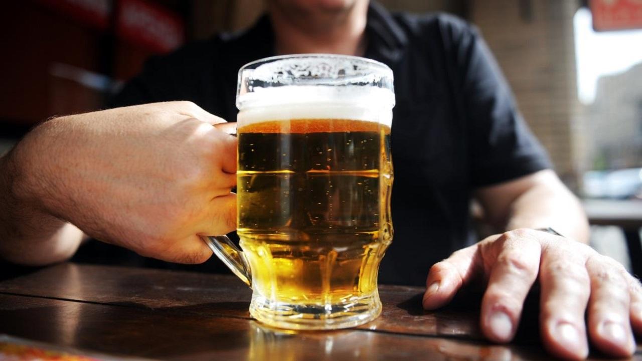 الصحة العالمية توضح علاقة شرب الكحول بالوقاية من الفيروس القاتل
