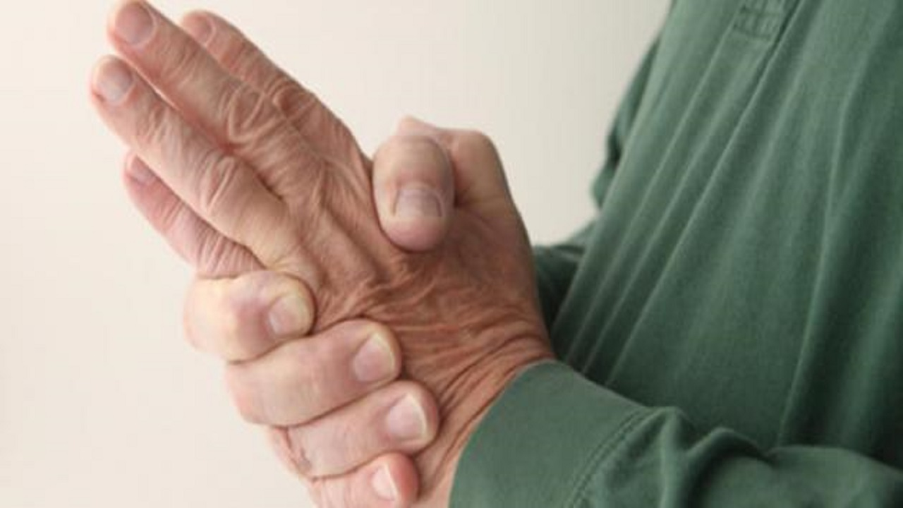 سبب رعشة اليد لمن توقف عن تناول الكحول