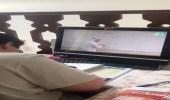 بالفيديو.. أم توثق ابنها وهو يدرس من قنوات تعليمية بعد تعليق الدراسة