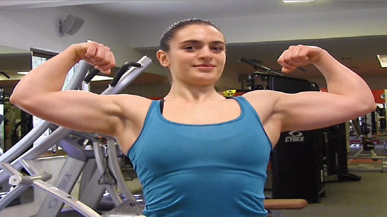 فتاة تتدرب على رياضة ذكورية بملابس مثيرة (صور)
