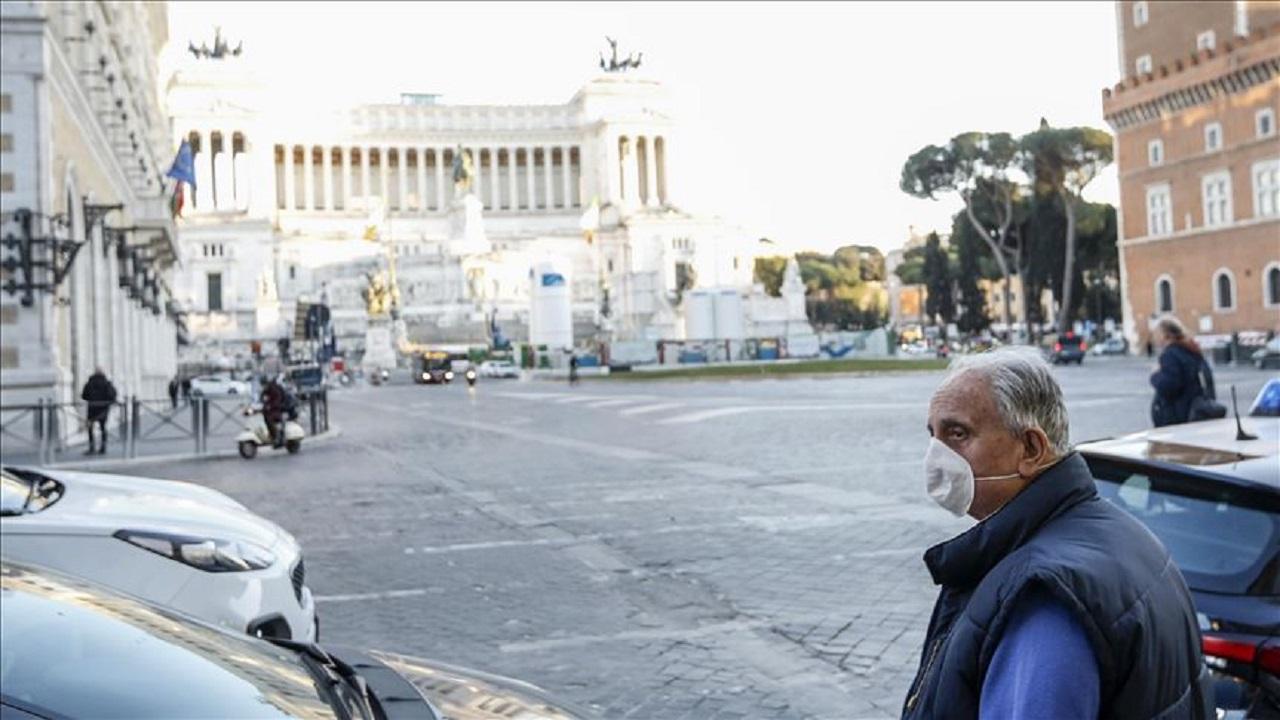 حقيقة سجود إيطاليين في الشارع رغبة في رفع البلاء