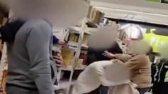 شاهد.. شجار عنيف بين امرأتين داخل متجر للحصول المواد الغذائية