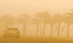 عاصفة ترابية تضرب طريق «خيير - العلا»