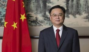 السفير الصيني: لم يثبت أن الأمريكان جلبوا الفيروس ولا نأكل الخفافيش والكلاب(فيديو)