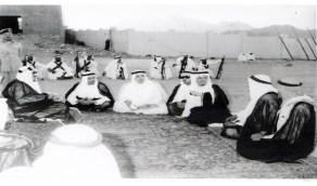 صورة تاريخية للملك سعود برفقة إخوانه الأمراء في جلسه ودية عام 1960