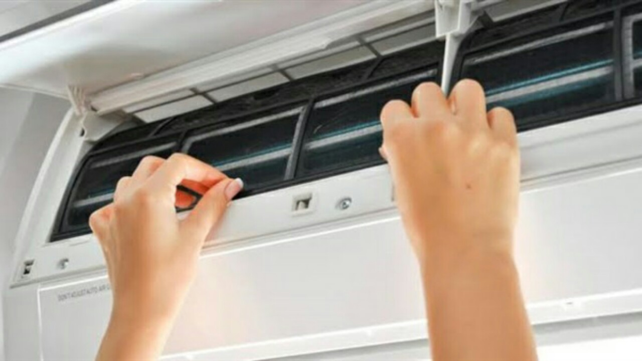 احذروا من مخاطر الحشرة المختبئة داخل مكيف الهواء أثناء التنظيف