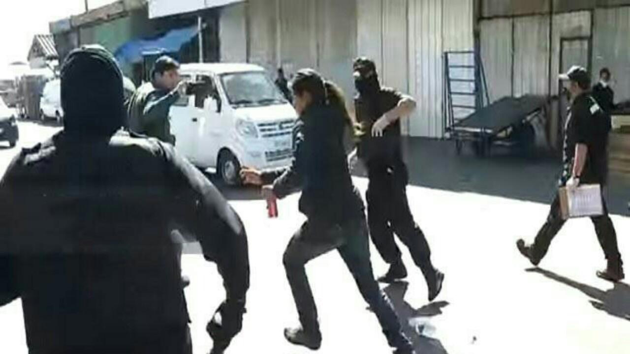 بالفيديو.. الأمن يلاحقمُصابة بالفيروس بعد هروبها من المستشفى