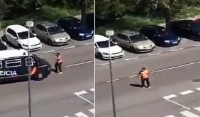 بالفيديو.. رجل عاري الصدر يحمل سيفين يهاجم الشرطة