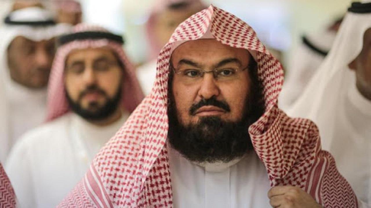 شاهد.. الشيخ عبد الرحمن السديس يشارك في تعقيم المسجد النبوي