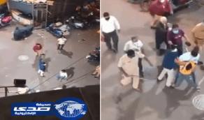 بالفيديو..اعتداء عنيف من الشرطة الهندية  على شاب عربي كسر حظر التجول لدفن والدته