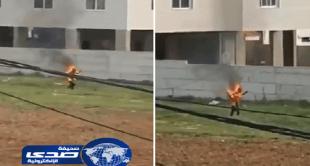 بالفيديو.. لاجئ سوري يضرم النيران في نفسه